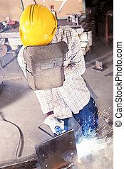 lavoratore acciaio, giovane, mentre, mulino, saldatura