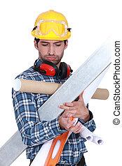 lavoratore costruzione, sovraccaricare, con, attrezzi, e, materiali costruzione
