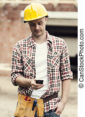 lavoratore costruzione, texting, su, telefono mobile