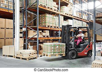 lavoratore, driver, a, magazzino, forklift, caricatore, lavori in corso