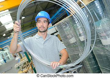 lavoratore fabbrica, con, acciaio, cablaggio