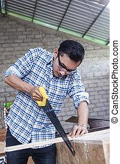lavoratore, legna taglio, asse, usando, sega