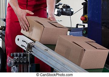 lavoratore, mettere, uno, scatola, su, nastro trasportatore