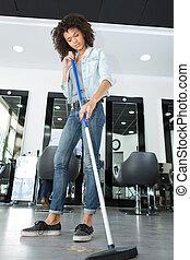 lavoratore, pavimento, pulizia, a, uno, parrucchieri