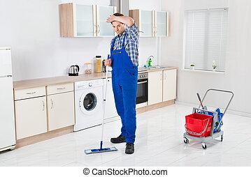 lavoratore, pulizia, pavimento, con, mocio