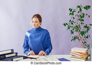 lavoro, documenti, libri, ufficio, donna affari, ritratto, tavola