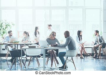lavoro, in, action., gruppo, di, giovane, persone affari, lavorativo, e, comunicare, con, altro, mentre, seduta, a, loro, lavorativo, locali, in, ufficio