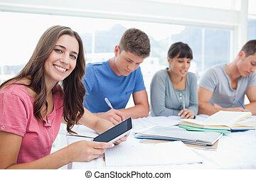 lavoro, lei, tavoletta, sedere, prese, mano, accanto, pc, mentre, macchina fotografica, lei, sorridente, amici, ragazza, occhiate
