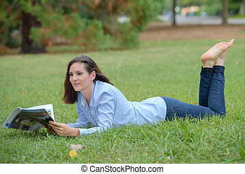 layed, magazine, femme, herbe, lecture