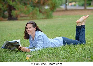 layed, revista, mulher, capim, leitura