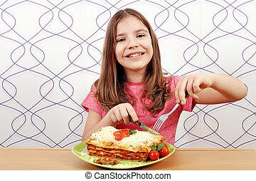 lazagne, mały, jedzenie, głodny, dziewczyna