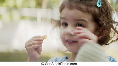 leány, furcsa, étkezési, totyogó kisgyerek, falatozás, park.