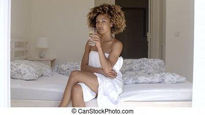 leány, ivás, édesvíz, az ágyon