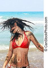 leány, tengerpart, koszos