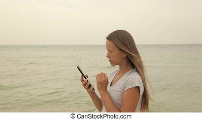 leány, tengerpart, tabletta, kéz