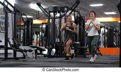 leçon, homme, jeune femme, entraîneur, mouvements, gymnase, ...
