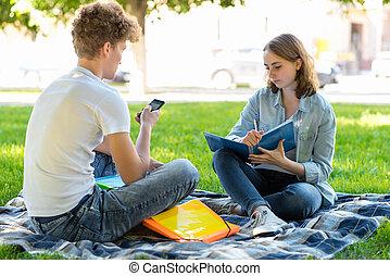 leçons, été, école, sien, homework., institute., nature., séance, ils, air., exécute, grand, smartphone, tenant mains, frais, girl, type, summary., après