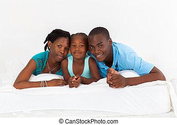 leżący, amerykanka, łóżko, rodzina, afrykanin
