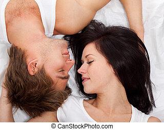 leżący, para, śliczny, młody, łóżko
