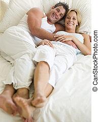leżący, uśmiechanie się, para, łóżko