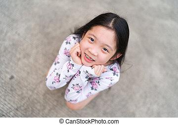 le, asiatiskt barn, med, klammertecken tänder