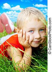 le, av, lycklig, söt, barn, in, fjäder, gräs