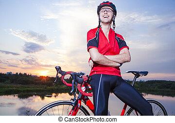 le, caucasian, cyklist, gjord, på, solnedgång, guldgul...