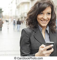 le, kvinna gående, gata, ung, smartphone