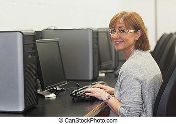 le, kvinnlig, moget studerande, användande, a, dator
