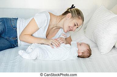 le, mor spela, blomsterbädd, med, henne, söt, baby pojke