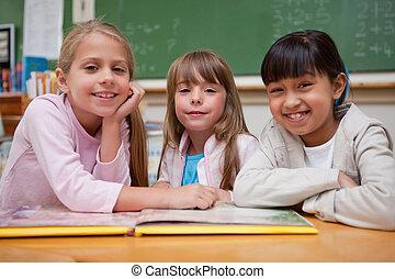 le, skolflickor, läsning, a, saga, till, deras, klasskamrat