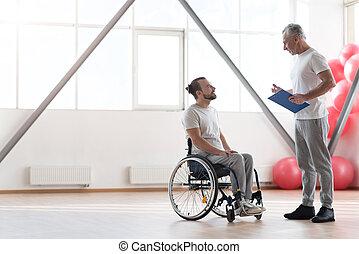 le, ung, handikappad, tålmodig, ha, konversation, med, hans, fysioterapeut