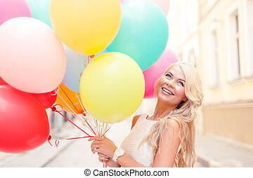 le womanen, med, färgrika ballonger