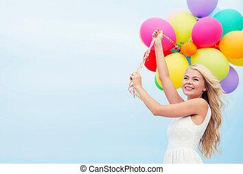 le womanen, med, färgrika ballonger, utanför