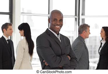 leaderlooking, negócio, câmera, feliz, equipe, frente