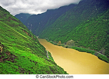 leaping tiger gorge, yunnan - photo of yangtze river in...