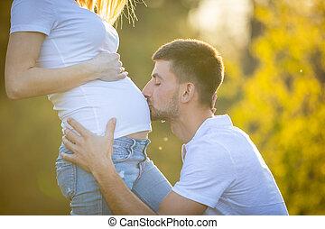 leben, begriff, familie, schwangere paare, junger, erwarten, bauch, küssende , frau, neuer mann, baby, glücklich