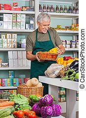 lebensmittelgeschäft, verkäufer, arbeitende , kaufmannsladen