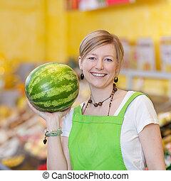 lebensmittelgeschäft, weibliche, arbeiter, Wassermelone, Besitz, kaufmannsladen