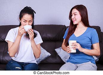 lebensunterhalt, bohnenkaffee, zimmer, becher, sofa, zwei, sprechende , trinken, friends, am besten