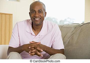 lebensunterhalt, lächelnden mann, zimmer, sitzen
