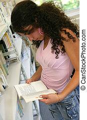 lectura de la muchacha, un, libro, en, el, biblioteca