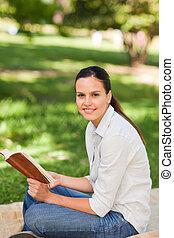 lectura de mujer, en el parque