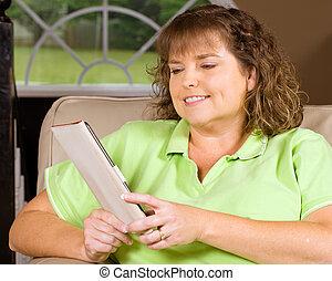 lectura de mujer, libro, utilizar, un, e-reader, mientras, el relajar en el país