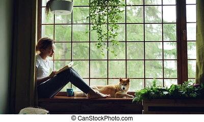 lecture, animaux, elle., rebord fenêtre, séance, chouchou, concept., étudiant, chien, charmer, à côté de, américain, livre, mensonge, africain femelle, passe-temps, girl, agréable, maison