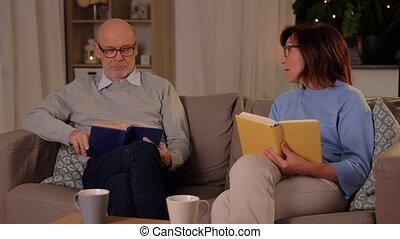 lecture, couple, heureux, personne agee, livres, maison