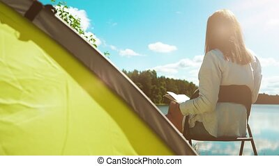 lecture femme, camping, lake., livre, tente