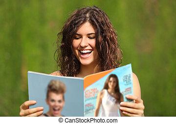 lecture, femme, heureux, magazine