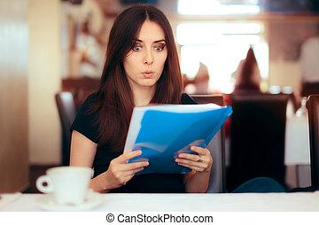 lecture femme, important, documents, dans, a, restaurant