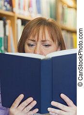 lecture, femme, mûrir, concentré
